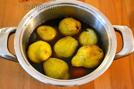 Из сахара, воды и вина сварить сироп и остудить. Подготовленные груши опустить в остывший сироп и оставить на 1 сутки пропитываться.