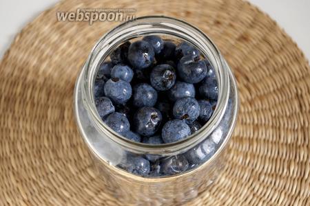 Выложить в банку тщательно промытый и очищенный от веточек-плодоножек тёрн. Залить кипящим маринадом из указанного количества воды, уксуса, соли, сахара.