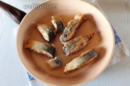 На этом же масле, где обжаривался лук, обжарить рыбу с двух сторон.