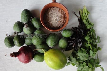 Для приготовления сальсы из фейхоа на потребуется; фейхоа, лук, острый перец чили, сок лимона, кинза, базилик и соль.