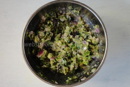 Ставим готовую сальсу из фейхоа в холодильник на 1 час. Подавать можно с чипсами, тортильей и т.д.