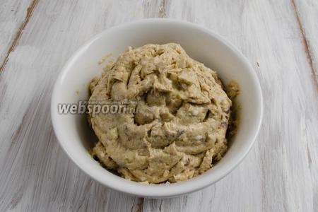 Готовый паштет выложить в контейнер или тарелку. Поставить в холодильник на 30 минут. Подавать к столу в охлаждённом виде с красной икрой. Намазывать на кусочки ржаного хлеба.