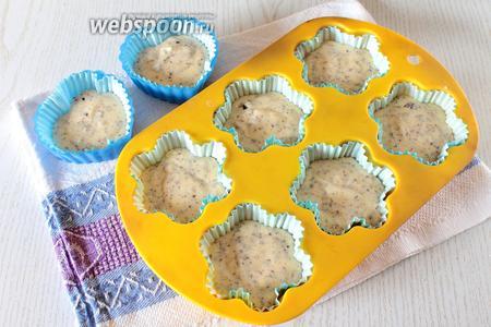 Разложить тесто по формочкам на 2/3. Форму можно смазать маслом или застелить бумажными вкладышами.