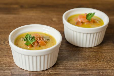 Готовый суп разливаем по тарелкам, украшаем кусочками лосося и зеленью. Приятного аппетита!