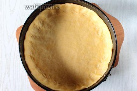 Тесто раскатать до толщины 3-4 мм и уложить делая бортики высотой около 4 см в форму, у меня диаметр 26 см.