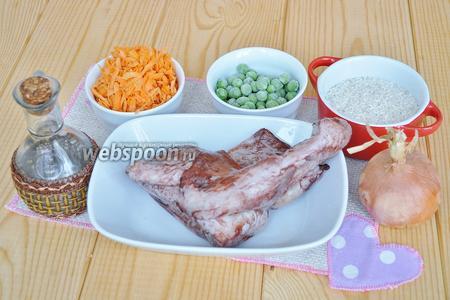 Приготовим продукты: кальмары, лук, соус устричный, можно добавить соевый вместо соли, по желанию, рис, масло, корень петрушки и петрушку свежую.