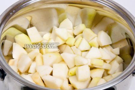 Переложить груши в кастрюлю, добавить воды и сахар. Если груши сочные, то воды можно добавить мешьше. Накрываем крышкой и оставляем на медленном огне до размягчения груш.