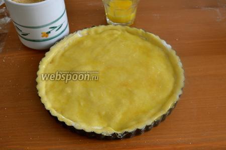 Смазать верх пирога слегка взбитым яйцом и присыпать коричневым сахаром. Поставить выпекаться в разогретую до 180°C духовку на 30-35 минут до появления золотистой корочки.