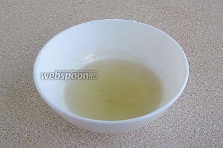Распустить желатин на водяной бане.