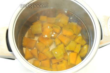 Тыкву залить водой, поставить на огонь и варить 15 минут до готовности. Затем добавить измельчённый чеснок.