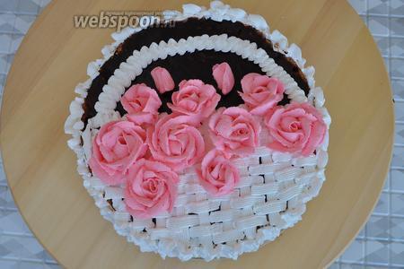Подкрасить крем розовым красителем и сделать розы. Совсем немного крема окрасить в зелёный цвет для листиков.