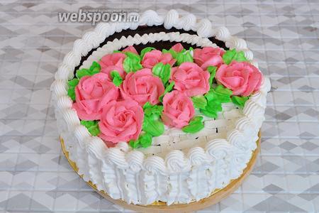 Насадкой «листик» добавить зелени и торт готов. Поставьте его в холод на 2 часа и зовите гостей!