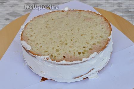 Собираем торт. Каждый корж промазать кремом и выровнять бока торта.