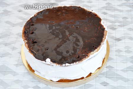 Шоколад со сливками растопить на паровой бане и залить верхушку торта так, чтобы тёплый шоколад с краю не касался сливок.