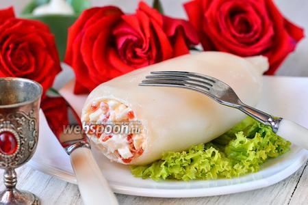 Кальмар фаршированный яйцами, красной икрой и сыром