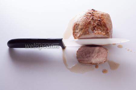 Ну, мы это дело едим обычно чуть тёплым или холодным, с майонезными соусами. Вкусно и так, и так. Можно даже 1 день в холодильнике продержать, тогда нарезать можно потоньше. Для данной конкретной фотки я резала мясо ещё тёпленьким, но оно уже готово. На финальной увидите, что ближе к середине в куске больше крови.