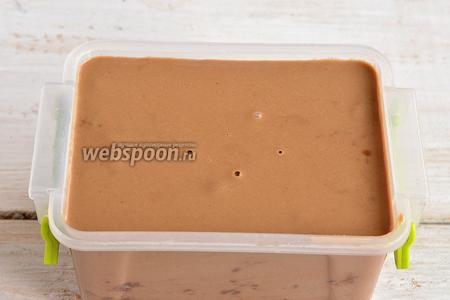 Поместить смесь в контейнер для замораживания в морозильную камеру на 4 часа.