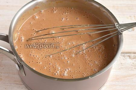 Хорошо размешать до растворения шоколада. Охладить. Добавить ликёр.
