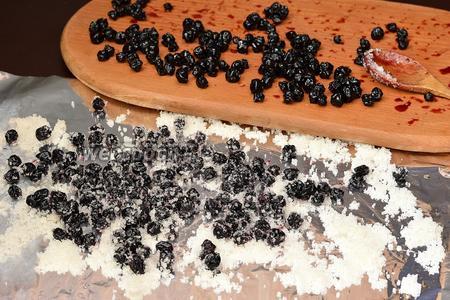 Когда ягоды подсохнут, обвалять их в сахарной пудре или сахарном песке.