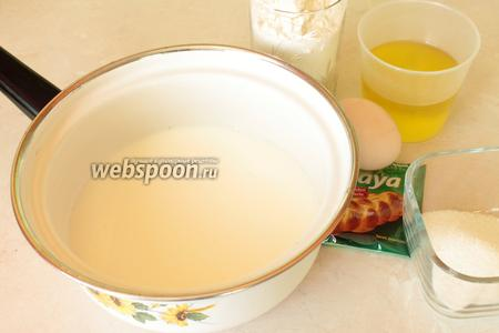 Для приготовления рулетиков необходимо взять муку, молоко, дрожжи моментальные, оливковое масло, яйца, сахар и соль.