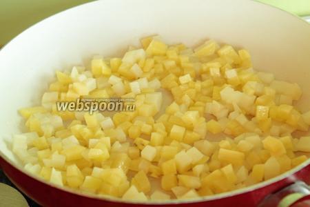 В сковороде разогреть 2 ст.л. масла и положить в него кубики картофеля. На среднем огне готовим, периодически помешивая. Картофель не должен сильно румяниться. Необходимо добавить в процессе жарки ещё 2-3 ст.л. масла.  В конце солим.