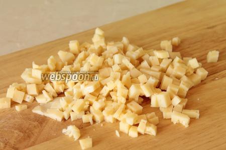 Пока готовится картофель, сыр нарезаем также на мелкие кубики.