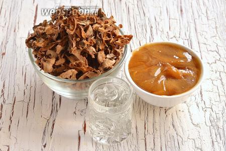 Для приготовления ореховой настойки с мёдом нам понадобится водка, мёд, ореховые перегородки.