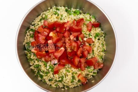 Добавляем помидоры, солим, перчим. Заправим оливковым маслом и соком лайма.