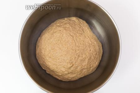 Вымешваем чуть липнущее к рукам тесто. Выкладываем его в миску, смазанную маслом. Накрываем плёнкой и ставим в тёплое место на 1,5-2 часа.