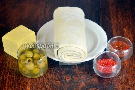 Для приготовления Pizza Royale вам понадобится тесто слоёное дрожжевое, оливки без косточек, икра красная, сыр и аджика.