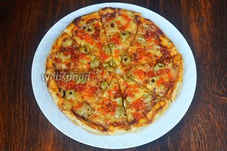 Разрезаем пиццу и раскладываем красную икру. На этом этапе можно было бы и остановиться.