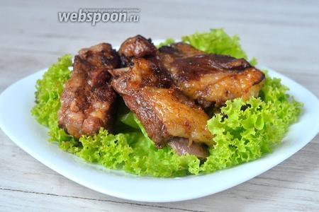 Подаём на стол рёбрышки на свежих листьях салата горячими. Приятного аппетита!