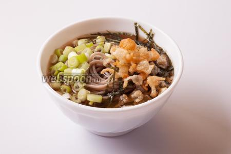 И посыпаем наш супчик сверху колечками зелёного лука, полосками нори и капельками темпуры. Вот и вся недолга! Честное слово, это — самый настоящий аутентичный японский суп. Такой, какой едят у себя дома японцы, а не тот, который придумывают для всего мира китайцы и вьетнамцы в «японских» ресторанах. Сразу скажу, несмотря на элементарность приготовления, вкус у него ни чуть не менее японистый, чем у блюд этой кухни вроде суси, с которыми нужно возиться куда дольше. О чём хотелось бы предупредить: нори и капельки темпуры размокают в воде за считанные секунды, так что посыпайте ими прямо на столе, когда сервируете, иначе они превращаются в непонятную кашу.