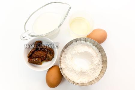 Для приготовления нам понадобятся: яйца, подсолнечное масло, вяленые помидоры, мука, разрыхлитель, соль, молоко.
