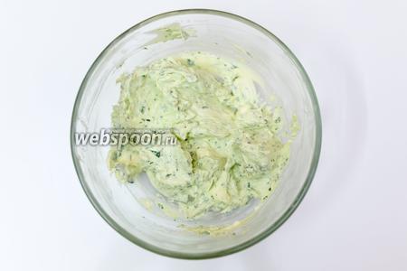Сыр Филадельфия и листья базалика измельчаем погружным блендером.