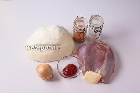 Для этого рецепта нужна нежирная мякоть баранины (у меня — кусок из бедренной части), луковица и белокачанная капуста, 1 чайная ложка томатной пасты, какой-то жир животного происхождения (у меня — сливочное масло, мог бы быть топлёный говяжий жир или топлёное масло), соль и красный перец по вашему усмотрению (мы берём среднеострую паприку, а кому-то, может, захочется поострее, тут ограничений нет). Плюс 250-300 мл воды, поставить которую на фотографию я забыла.
