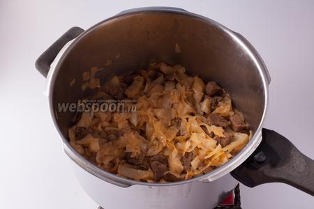 Добавляем к сварившемуся мясу соль и перец, высыпаем капусту, перемешиваем. Согласно рецепту в книжке о турецкой кухне, тушить, время от времени перемешивая, такое блюдо следует на слабом огне 30 минут. Оно после этого, честное слово, уже вполне съедобное.