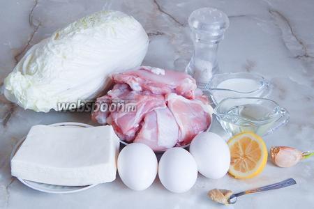 Готовить салат «Белоснежка» мы будем из таких продуктов: пекинская капуста (лучше брать молоденькие белые кочанчики), куриное филе (можно грудку), сыр Брынза, яйца куриные (нам нужны только белки). Кроме того, для соуса понадобится масло растительное без запаха, горчица столовая, сок лимона, соль, зубчик чеснока и молоко.