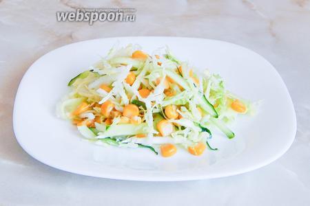 Даём салату постоять минут 10 и можно подавать к столу.