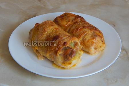 Подаём горячие куриные конвертики с лисичками, сыром и луком в сопровождении свежих овощей и ароматной зелени. Сверху корочка получается хрустящая, а снизу — мягкая, тушёная.