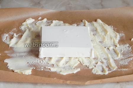 Кладём поверх брынзу. Если сыр очень солёный, можно предварительно вымочить его полчасика в холодной воде, а затем обсушить.