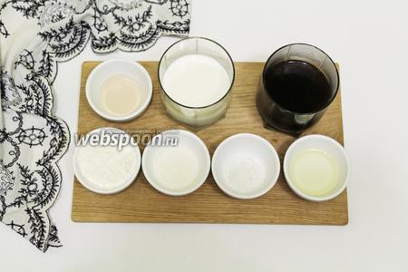 Для приготовления нам понадобятся следующие продукты: мука пшеничная, соль, сахар, дрожжи сухие, молоко, кофе, желток, семена льна, подсолнечное масло.