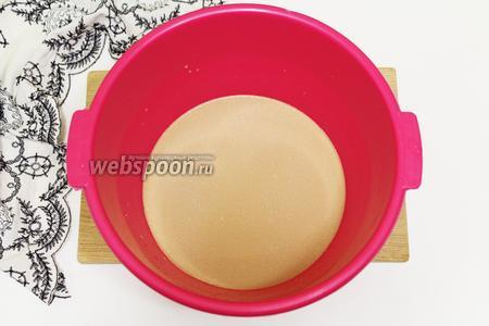 Приготовим кофе в 150 мл воды. Немного остужаем, чтобы было тёплое. Соединяем кофе с молоком. Наливаем в подходящую глубокую посуду. Вводим сахар и дрожжи. Оставляем в тёплом месте на 15-20 минут, чтобы дрожжи начали свою работу. Должна образоваться пенная шапочка.