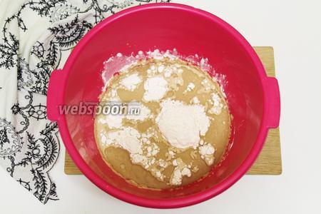 Дрожжи отдохнули, добавляем подсолнечное масло, соль, просеянную пшеничную муку. Начинаем замешивать тесто. Сначала удобно пользоваться деревянной ложкой. Потом выкладываем тесто на подпыленную мукой доску. Продолжаем замес руками. Если потребуется подсыпаем муку. Тесто должно не липнуть к рукам.