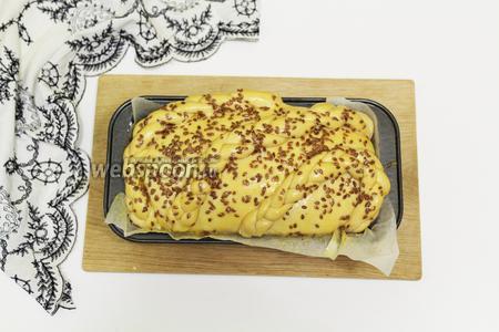 Отдохнувшее тесто смазываем взбитым желтком и посыпаем семенами льна. Отправляем в духовку на 180ºC до румяного цвета.