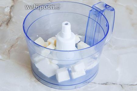 Первым делом нужно приготовить тесто. Я использую для этой цели кухонный комбайн с насадкой Металлический нож. Для этого холодное масло нарезаем некрупными кусочками и кладём в чашу.