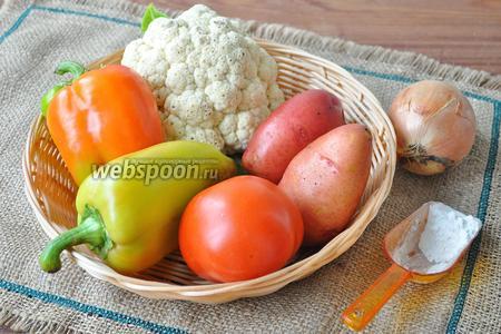 Потребуются свежие овощи: картофель, помидоры, цветная капуста, лук, перец сладкий; мука, сыр, яйцо, соль, масло подсолнечное.