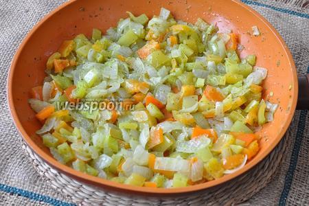 Обжарить на растительном масле лук и болгарский перец.
