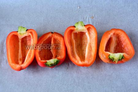 Болгарский перец, разрезать вдоль, удалить семена, промыть и обсушить.