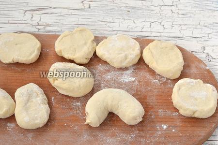 Пирожок защипать и согнуть в виде подковки.